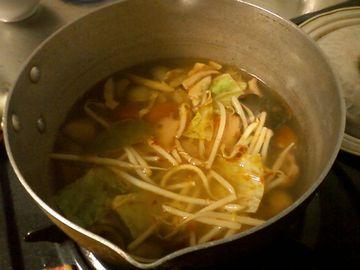 スープを煮込む