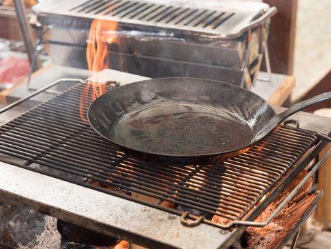 鉄のフライパンを焚き火で熱する