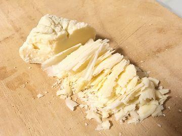 チーズを包丁で切る