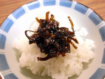 椎茸昆布を食べる