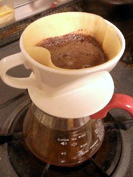 カカオコーヒーをドリップする