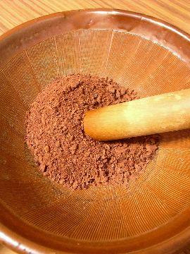 カカオ豆すり鉢ですりつぶす