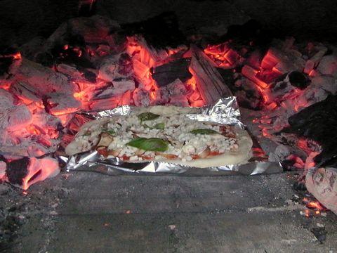 石釜できのこピザ焼く