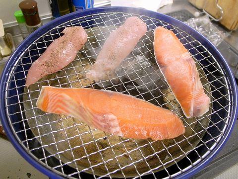 鮭とささ身を焼く
