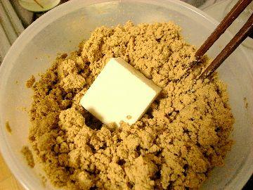 豆腐をぬかに漬ける