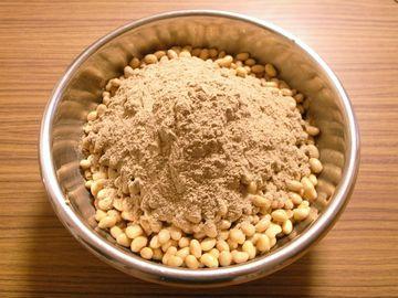 大豆にはったい粉と麹菌を混ぜたものをぶちまける