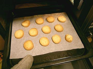 酒かすクッキーをオーブンで焼いた