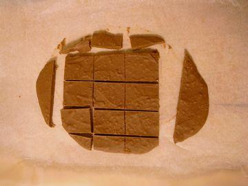 クッキー配合ガルボを適当な大きさに切る