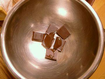 チョコレートにサラダ油を加える(コーティングチョコ)