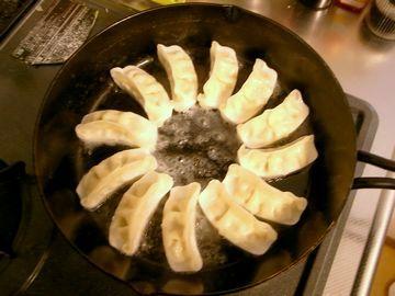 スキレットに冷凍餃子を並べる