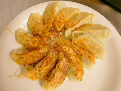 スキレットで焼いた味の素の冷凍餃子