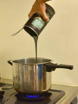 鍋の湯にモルトを溶かす