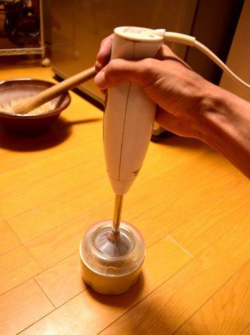 グラインダーで麦芽を破砕する
