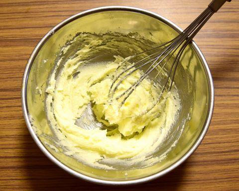 バターと砂糖を混ぜる