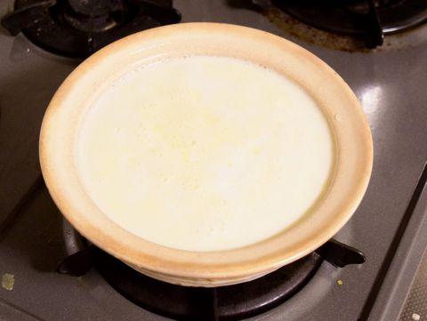 牛乳を土鍋で温める