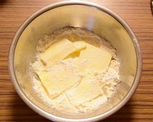 冷えたバターをなるべく細かく切り、米粉、砂糖と共にボウルに入れる