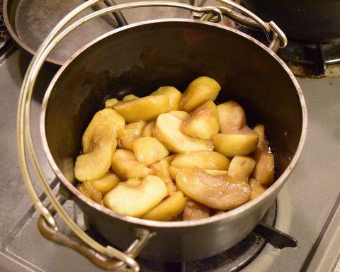 ダッチオーブンで2時間煮込んだりんご