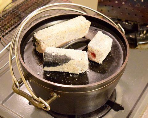 ダッチオーブンの上に炭を3個乗せる
