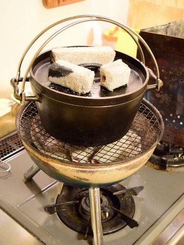 炭火でタルトタタンを焼く