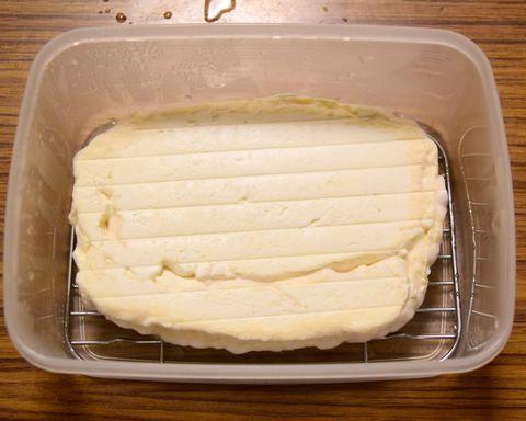 30日熟成させたチーズを裏返す