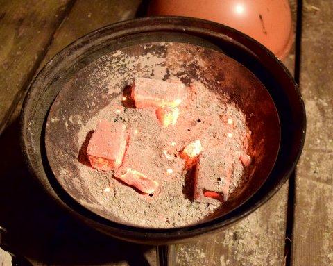 バーベキューコンロに炭火をセットする