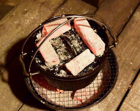 ダッチオーブンの上に炭を4個乗せる