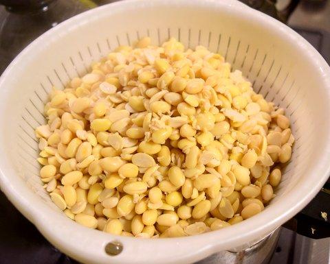 茹でた大豆をザルにあける