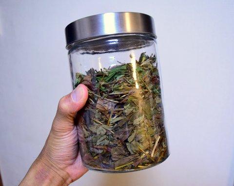 ガラス容器に入れたドクダミ茶