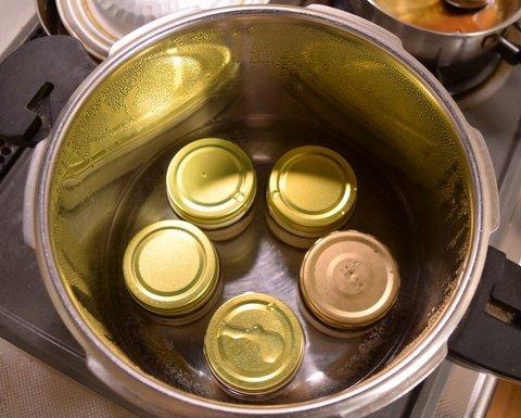 プリンを湯煎で加熱する