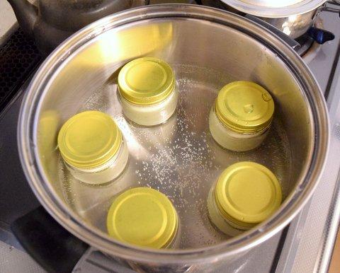 半熟チーズケーキを湯煎で加熱する