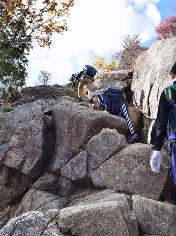 御在所岳岩ばかりを登る