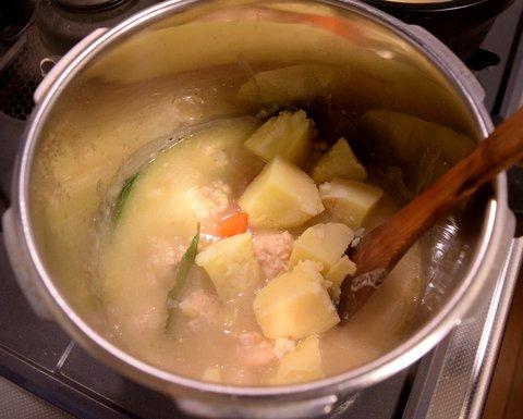 茹でたジャガイモを入れる