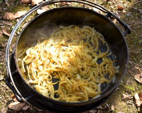 カレー粉で炒めた玉ネギ