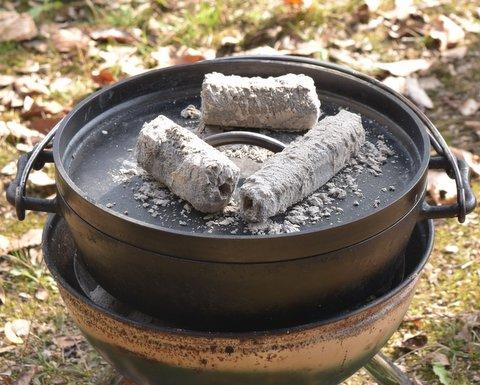 蓋をして炭で上下から蒸し焼きにする