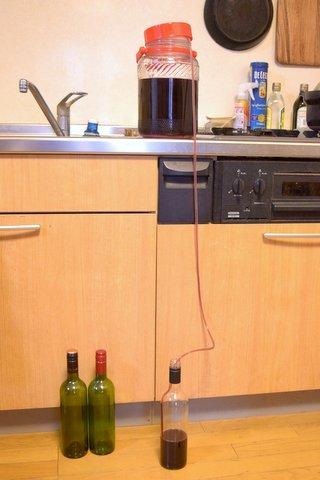 ワインをボトルに詰める
