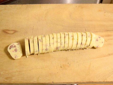 冷やしたクッキー生地を包丁で切る