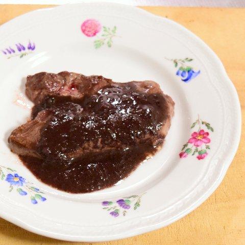 ステーキに赤ワインソースをかけていただく