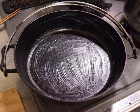 ダッチオーブンに油を塗る