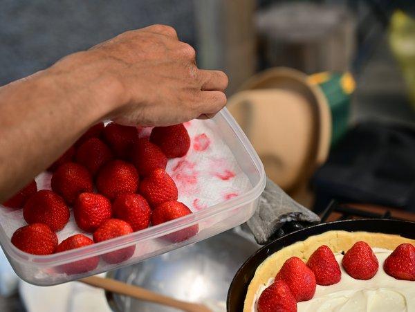 洗っておいたイチゴを並べる