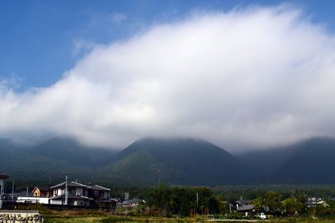 JR蓬莱駅から蓬莱山を望む