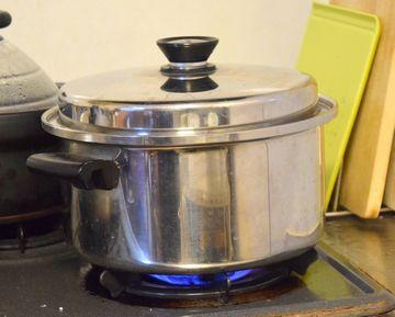 鍋で米を炊く