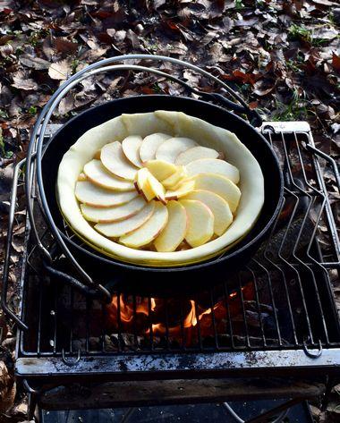 ダッチオーブンにアップルパイを入れる