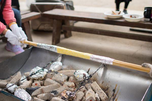 炭火でバウムクーヘンを焼く