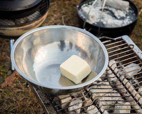 バターを炭火で溶かす