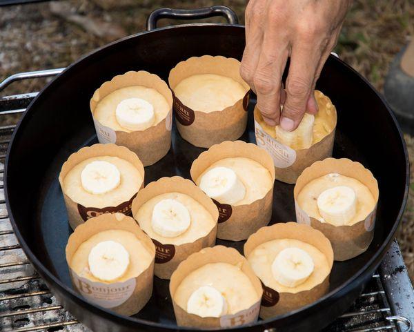 ダッチオーブンにマフィン型を入れバナナを押し込む
