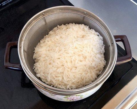 茹で上がったバスマティ米の湯を切る