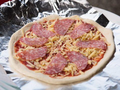 サラミのピザ焼く前