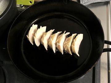 スキレットで餃子を焼く