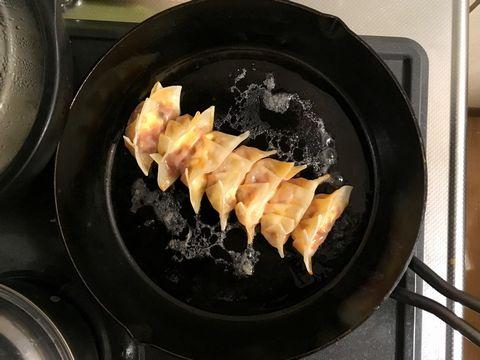 スキレットで焼いたミートソース餃子