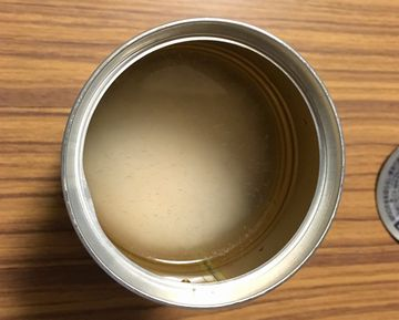 缶にお米と水を入れる